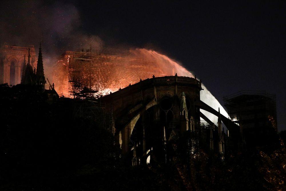 Extinção do incêndio na Catedral de Notre-Dame