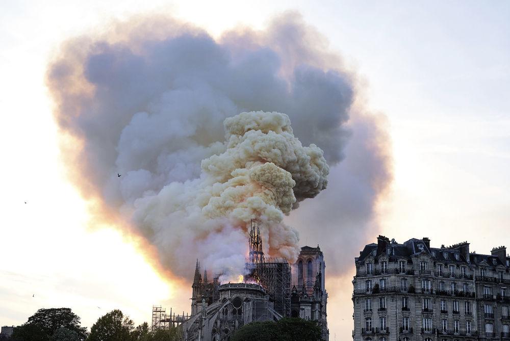Fumaça paira sobre a Catedral de Notre-Dame de Paris
