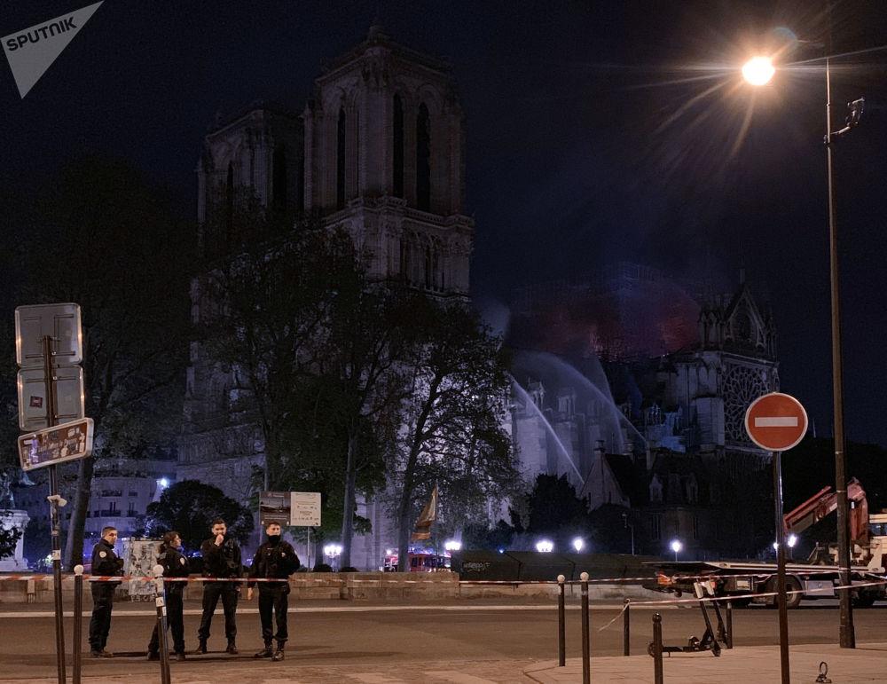 Autoridades de Paris relataram que algumas relíquias guardadas na catedral foram salvas