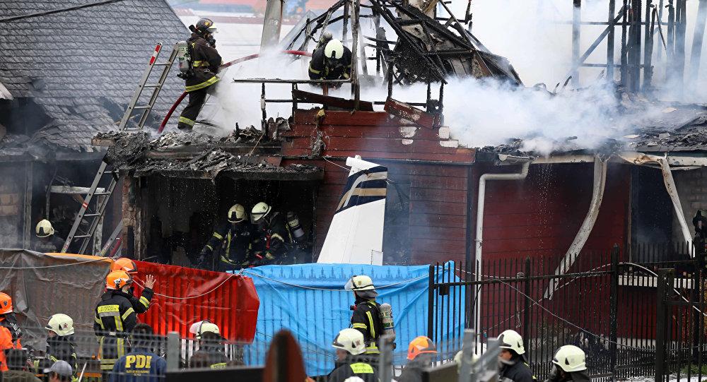 Bombeiros lutando contra fogo causado por queda de avião no Chile