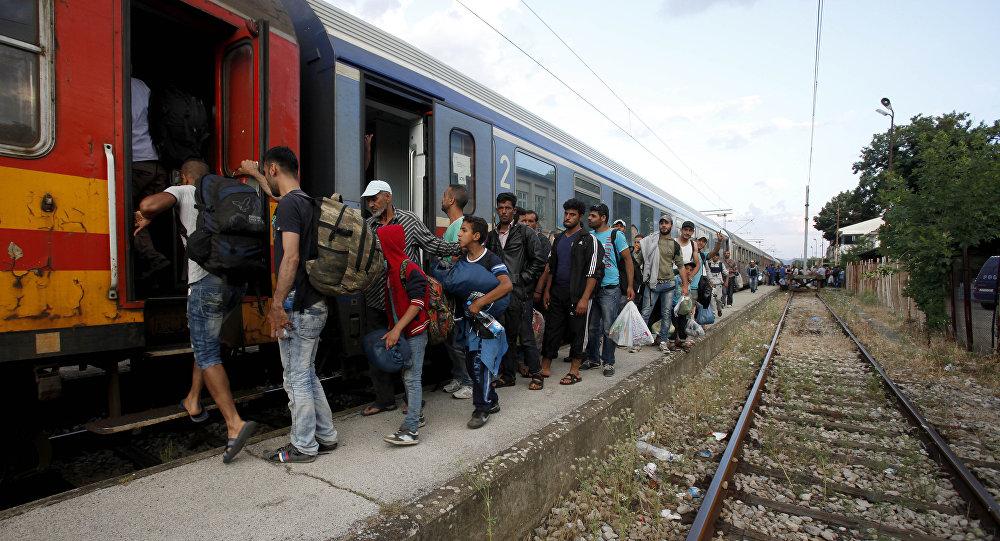 Migrantes da Síria e do Afeganistão embarcam em trem na Macedônia rumo à Sérvia. Número de refugiados em 2014 foi recorde.