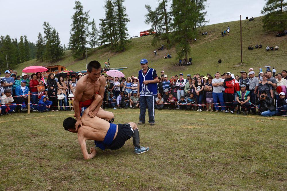 Luta tradicional Kuresh do Altai. O povo Telenguita o considera também como parte da sua cultura