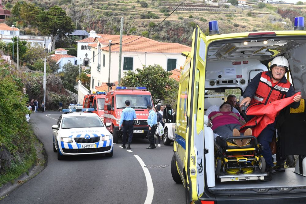 Mulher recebendo ajuda médica no local do acidente de ônibus na ilha da Madeira