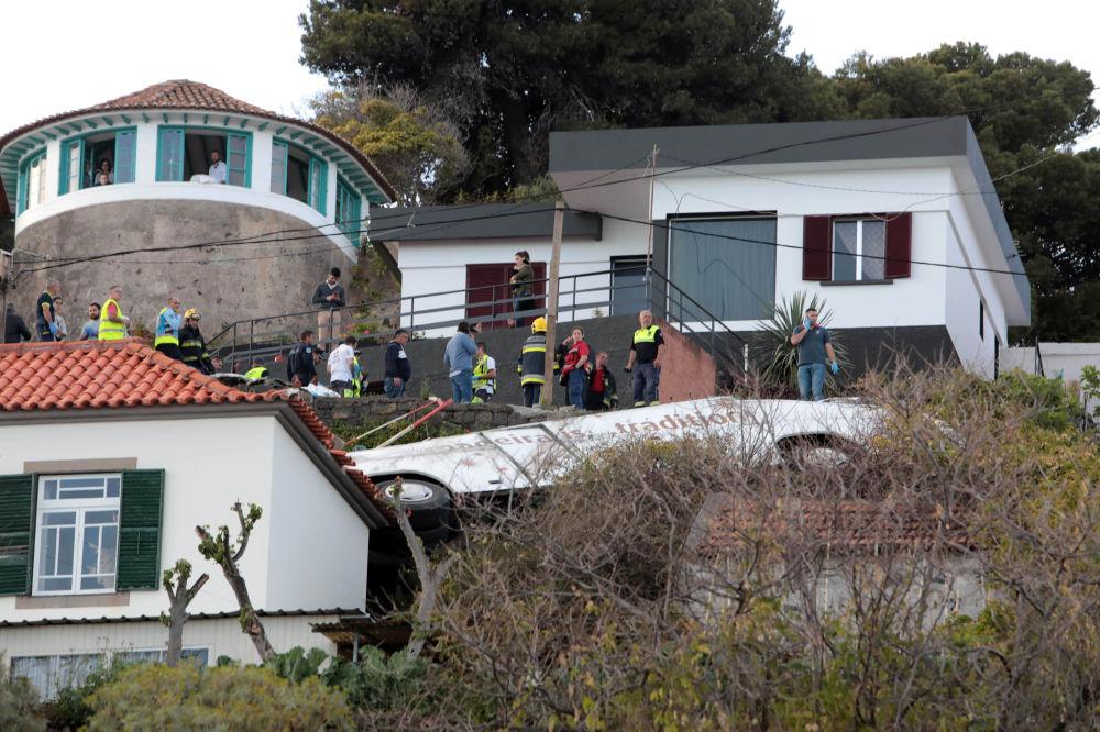 Bombeiros e equipes de resgate no local do acidente mortal de ônibus na ilha da Madeira