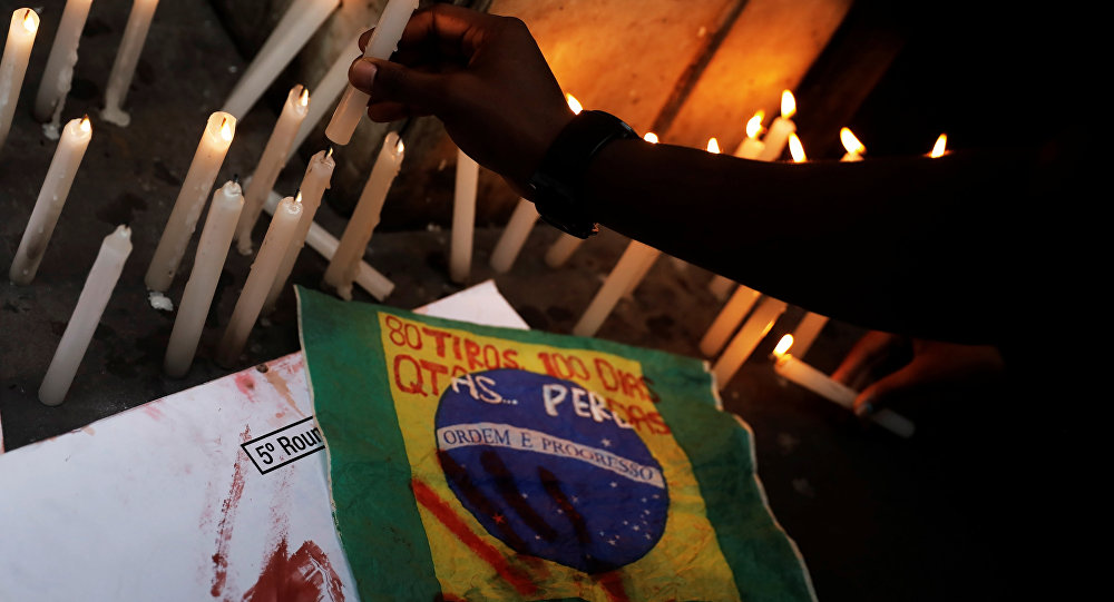 Pessoas acendem velas em protesto contra ação militar