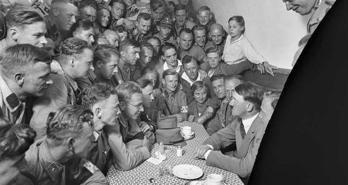 Foto rara de Adolf Hitler com admiradores