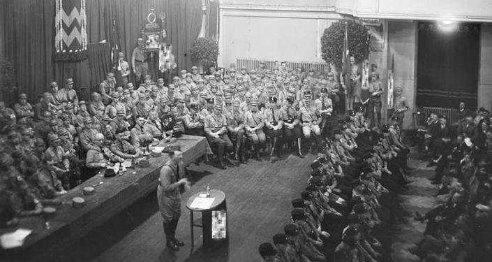 Foto rara de Adolf Hitler com membros do Partido Nazista