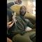 Homem assustado com lagarto em seu corpo