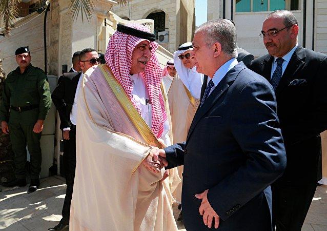 O ministro das Relações Exteriores, Mohamad Alkahim (no centro, à direita), cumprimento o ministro do Comércio e Investimo do Iraque, Majid bin Abdullah Al Qasabi, após uma cerimônia no conlusado saudita em Bagdá, no Iraque, em 4 de abril de 2019.
