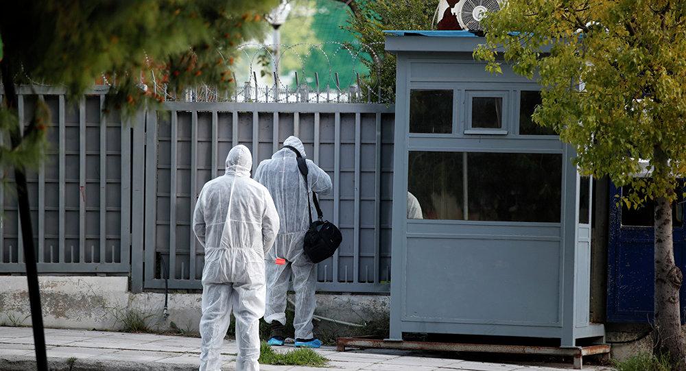 Especialistas forenses fazem procura na área externa no consulado russo em Atenas, na sexta-feira, 22 de março de 2019. Um esquadrão anti-bomba foi deslocado para o local após as câmeras mostrarem uma granada no perímetro durante a noite.