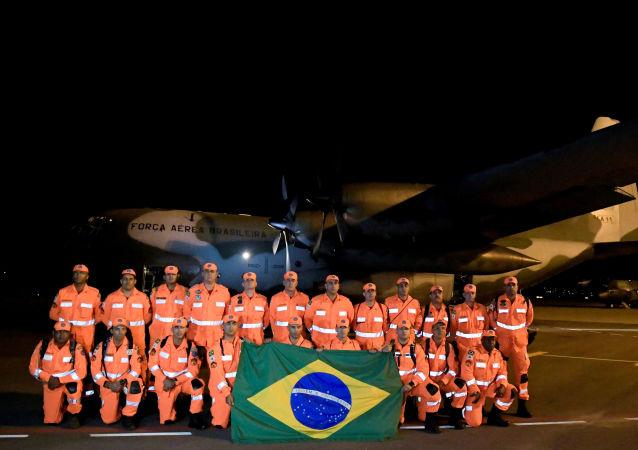 Bombeiros da Força Naiconal do Brasil antes de viajar para Moçambique em missão de ajuda humanitária