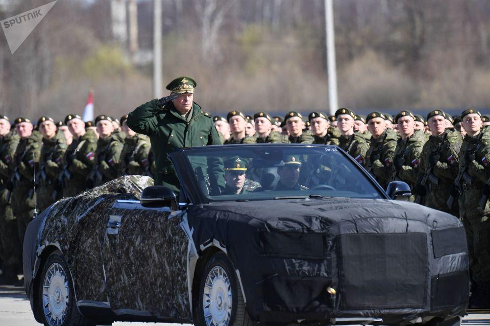 Coronel-general Oleg Salyukov, comandante das Tropas Terrestres da Rússia, em um Aurus conversível russo durante um ensaio da Parada da Vitória, nos arredores de Moscou, Rússia