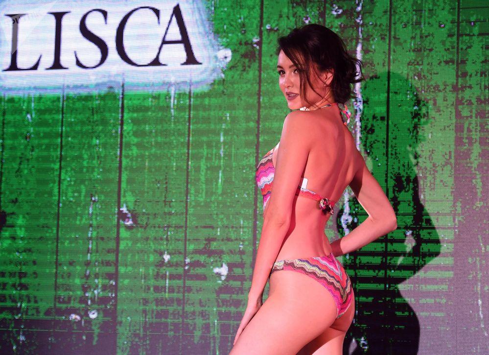 Modelo exibe traje de banho durante desfile de moda Lingerie Fashion Week, em Moscou, Rússia