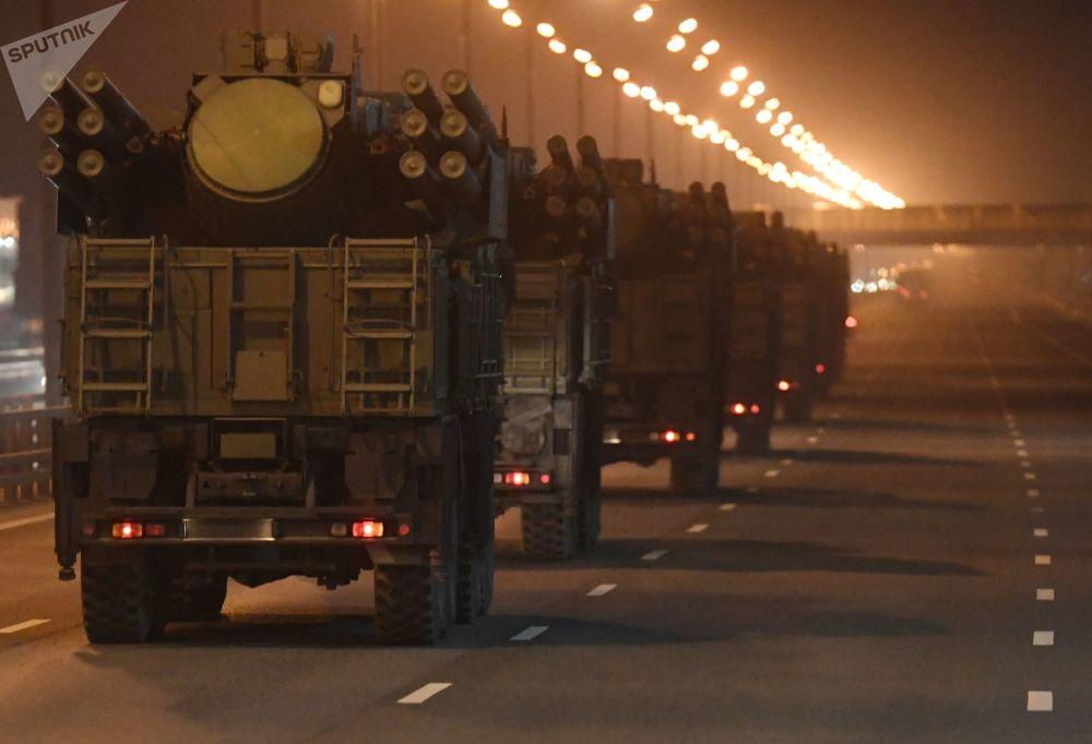 Carros de combate se dirigindo por rodovia em direção ao centro de Moscou para tomar parte em preparativos do desfile militar mais grandioso na Rússia