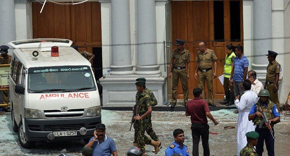 Ambulância e pessoal de segurança da igreja perto do Santuário de Santo Antônio em Kochchikade, Colombo, que foi abalada por uma das explosões em 21 de abril de 2019