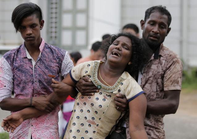 Parentes de vítimas falecidas na sequência de explosões no Sri Lanka