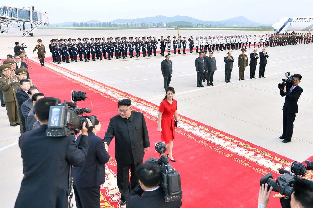 Kim Jong-un e Ri Sol-ju no Aeroporto Internacional de Pyongyang