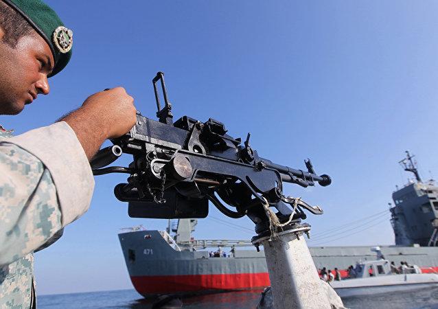 Soldado do Exército iraniano de serviço em um navio militar