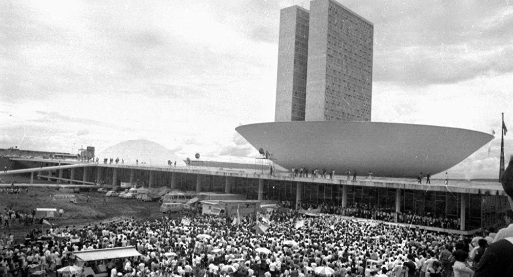 Manifestações populares em frente ao Congresso Nacional durante a eleição de Tancredo Neves pelo Colégio Eleitoral, em janeiro de 1985.