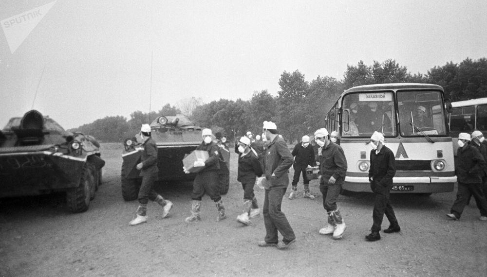 Especialistas nucleares são enviados para a usina nuclear de Chernobyl para eliminar as consequências do acidente ocorrido na cidade ucraniana de Pripyat