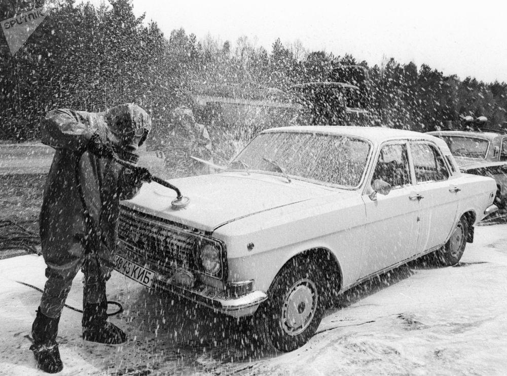 Carro sendo descontaminado em um ponto especialmente criado, após sair da zona do desastre de Chernobyl, na Ucrânia