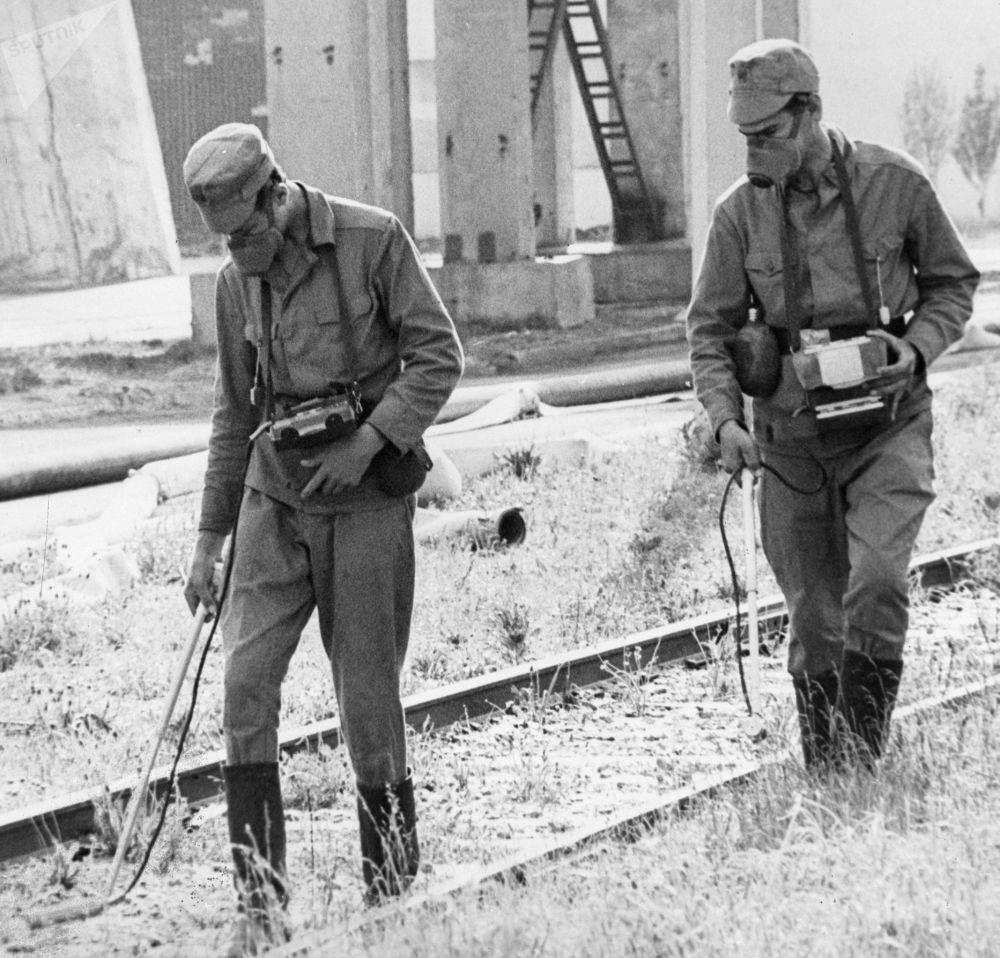 Químicos dosimétricos na usina nuclear de Chernobyl logo após o acidente radioativo que ocorreu em 26 de abril de 1986 na Ucrânia