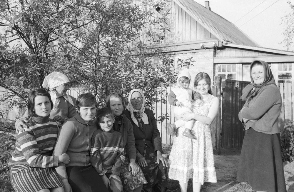 Evacuados da aldeia de Mashev na região de Chernobyl se hospedam em fazenda logo após o acidente nuclear na cidade ucraniana de Pripyat