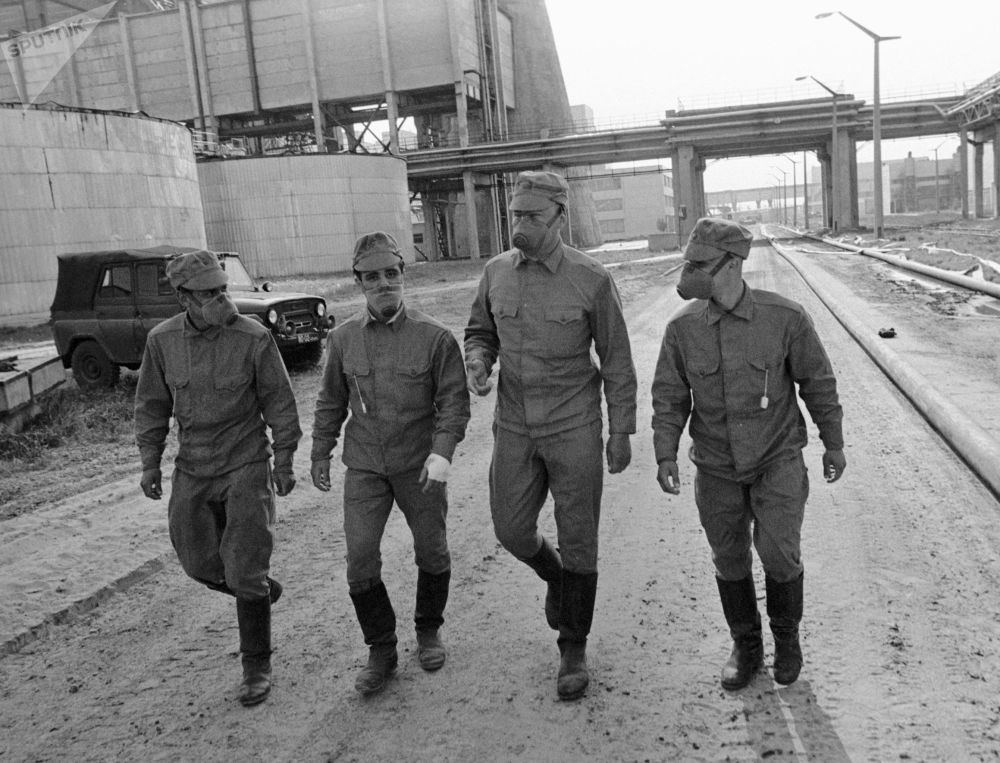 Membros do departamento responsável pela descontaminação da usina nuclear de Chernobyl, na cidade ucraniana de Pripyat