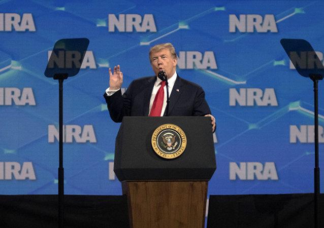 Donald Trump fala perante a National Rifle Association (Associação Nacional do Rifle ou NRA) em Indiana