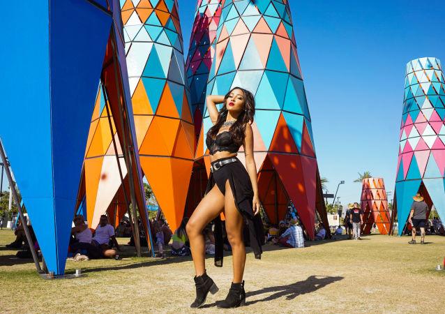 Jovem assiste ao festival de música e arte Coachella Valley 2019 na Califórnia