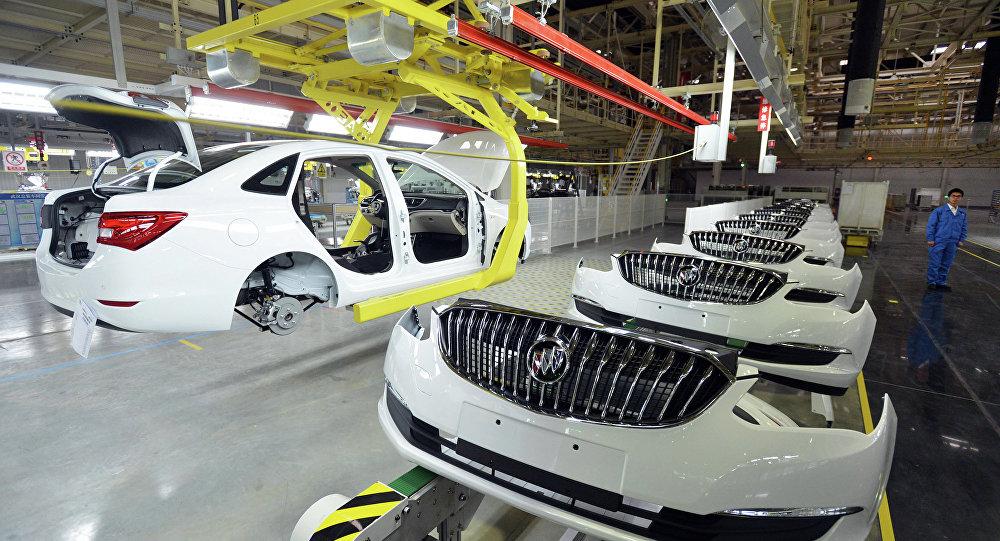 Produção de carros da empresa americana General Motors na província chinesa de Wuhan