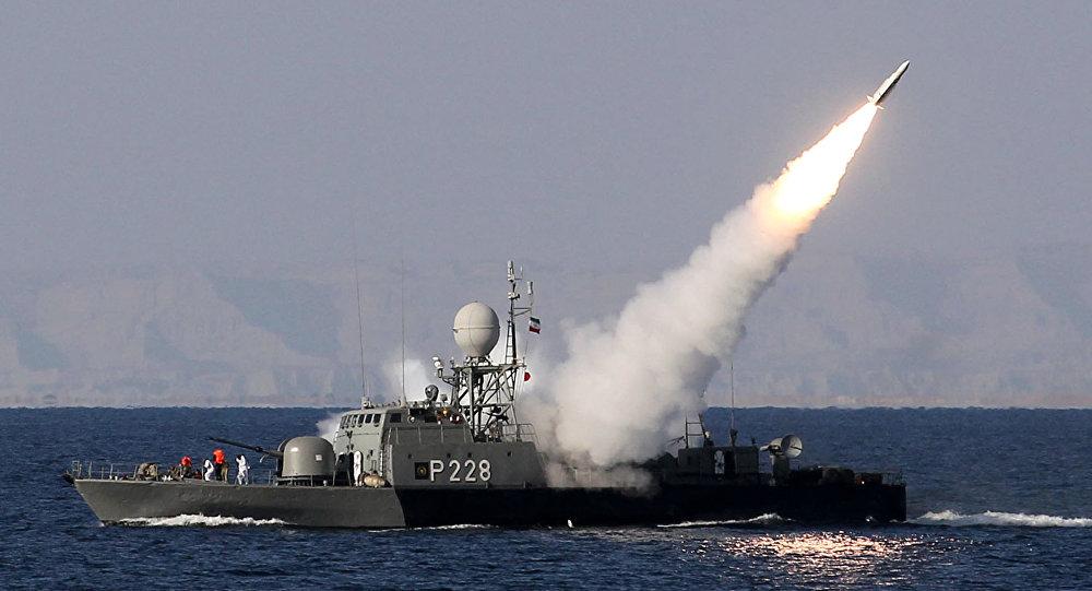 Um navio iraniano lança míssil no estreito de Ormuz