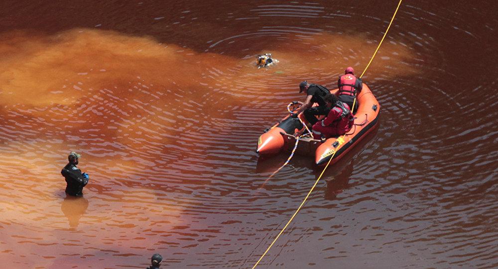 Peritos criminais, bombeiros e mergulhadores tiraram uma mala, que contém um corpo femininono lago Kokkinopezoula