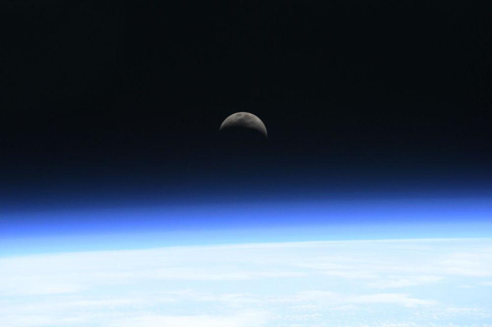 Imagem mostra nascer da Lua sobre a atmosfera terrestre