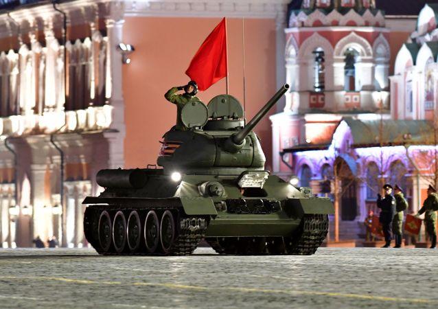Tanque T-34-85 no ensaio do desfile militar na Praça Vermelha, em Moscou, dedicado ao 74º aniversário da vitória na Segunda Guerra Mundial (Grande Guerra Patriótica)