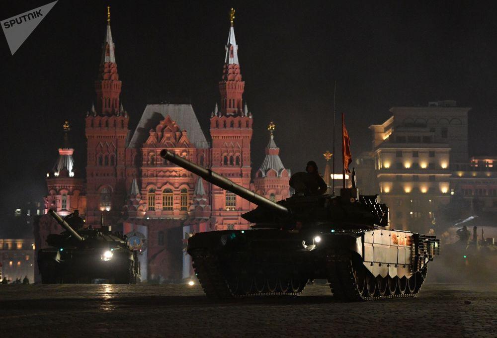 Tanque T-72B3 no ensaio do desfile militar na Praça Vermelha em Moscou, Rússia