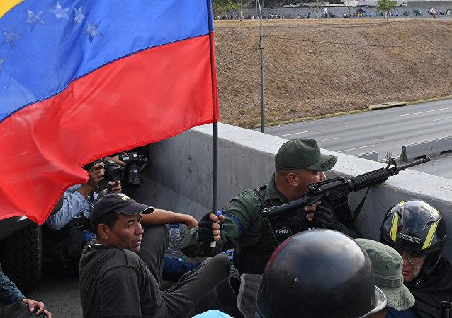 Militares leais a Guaidó defendem posição próxima à base La Carlota, em Caracas.