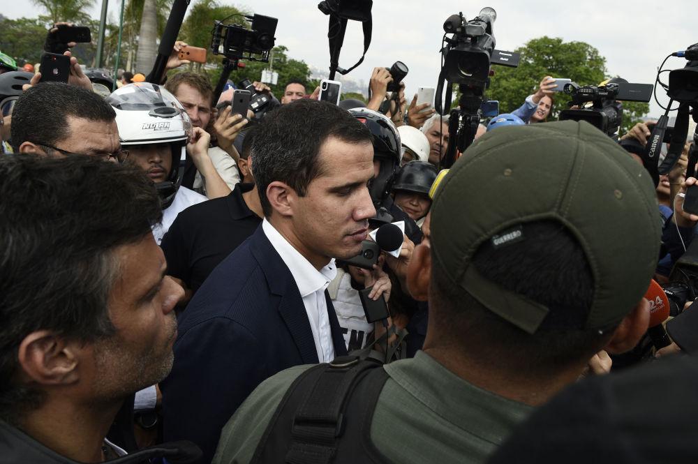 Opositores venezuelanos Juan Guaidó e Leopoldo López cercados por apoiadores e jornalistas