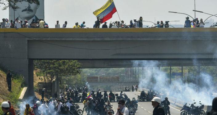 Confrontos entre oposição e Guarda Nacional perto da base aérea La Carlota, em Caracas