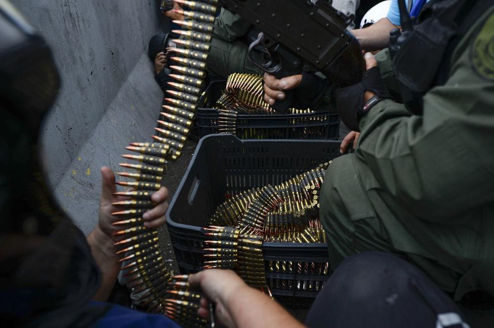 Soldados que se juntaram ao líder da oposição venezuelana, Juan Guaidó, entram em confronto contra as forças do governo, em Caracas