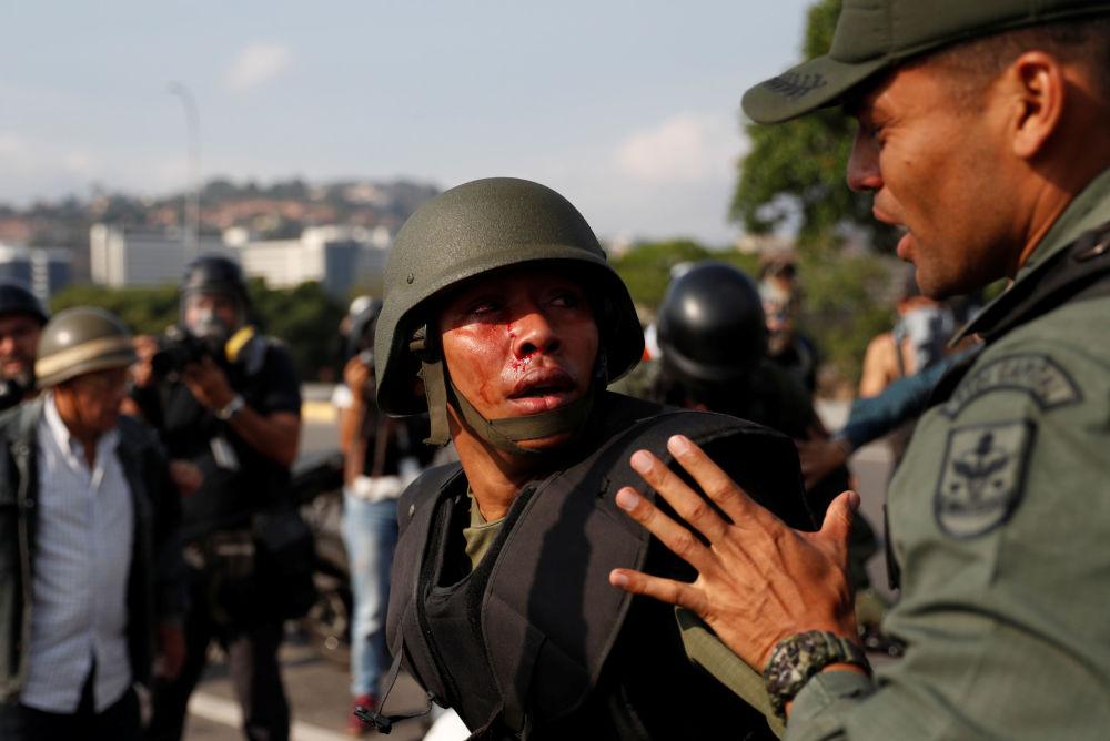 Soldado ferido perto da base aérea La Carlota, em Caracas