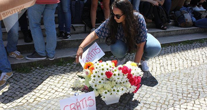 Uma participante do protesto contra xenofobia contra alunos brasileiros da Faculdade de Direito da Universidade de Lisboa na frente da instituição