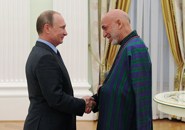 O presidente russo, Vladimir Putin, durante encontro com o ex-presidente afegão Hamid Karzai em Moscou
