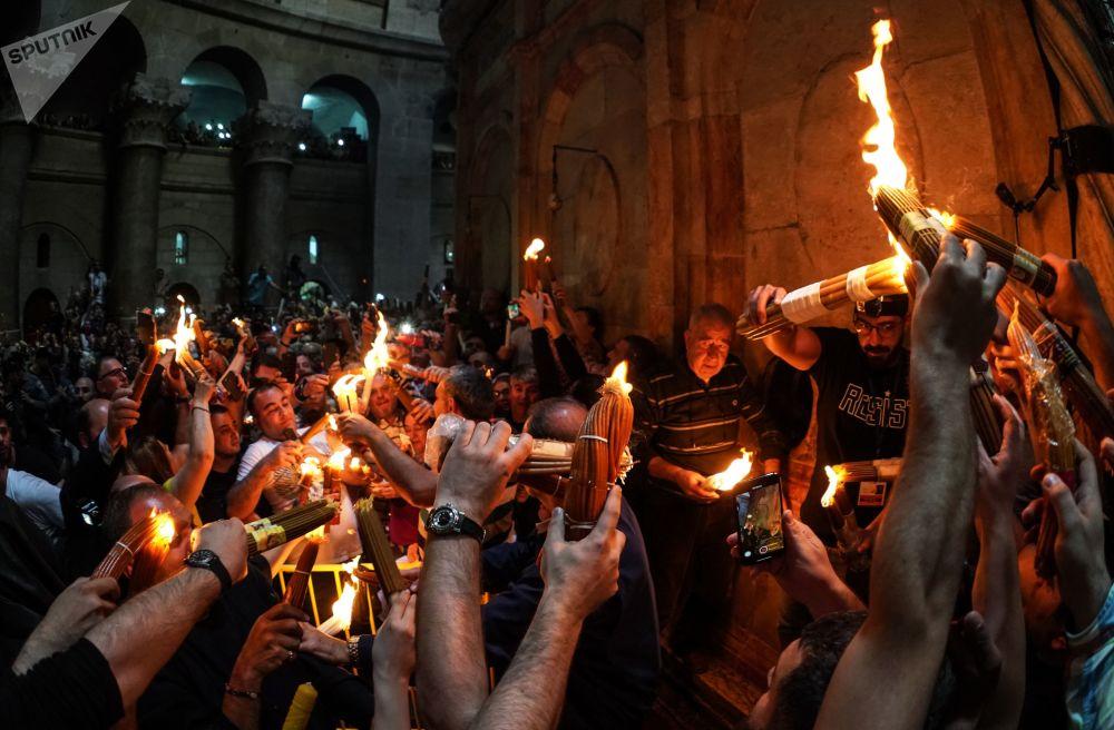 Cristãos ortodoxos celebram o rito do Fogo Sagrado pascal na Igreja do Santo Sepulcro, em Jerusalém
