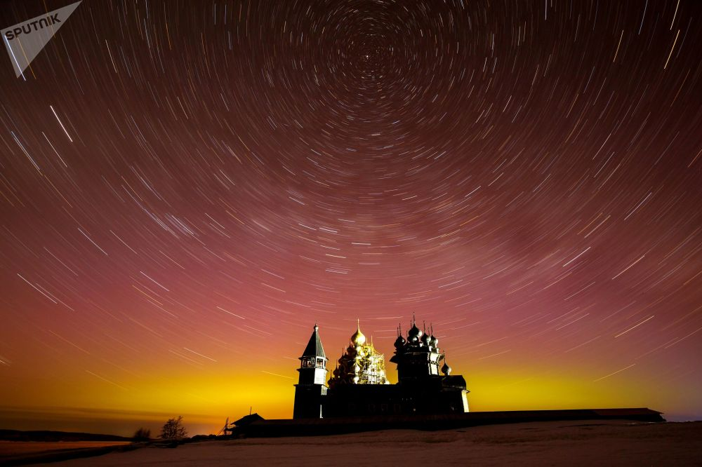 Sítio histórico Kizhi na república federada russa de Carélia durante as auroras boreais