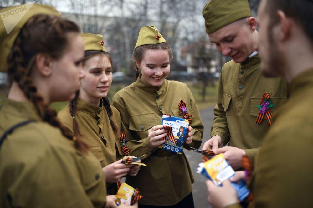 Voluntários distribuem fitas de São Jorge – uma iniciativa tradicionalmente realizada algumas semanas antes do Dia da Vitória, que se celebra na Rússia em 9 de maio
