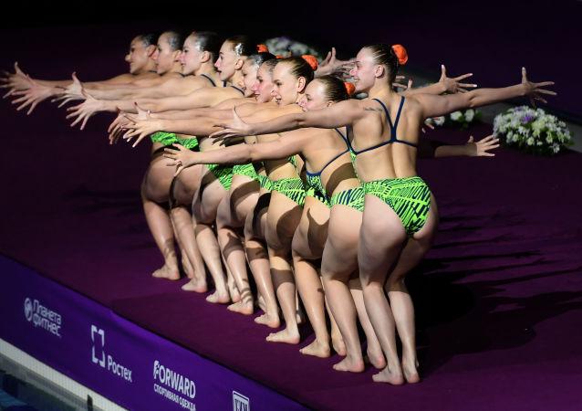Seleção bielorrussa de nado artístico durante a 3ª etapa do Fina World Series de Nado Artístico em Kazan