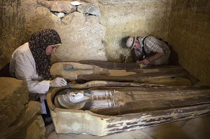 Trabalhadores escavam dentro de tumba no Planalto de Gizé, a sudeste do Cairo, Egito, em 4 de maio de 2019