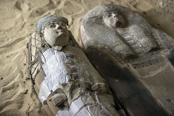 Sarcófagos achados dentro de tumba no Planalto de Gizé, a sudeste do Cairo, Egito, 4 de maio de 2019