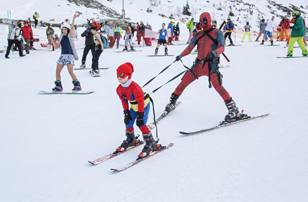 Participantes esquiando no festival Khibiny-Bikini 2019, em Kirovsk, na região russa de Murmansk